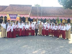 Foto siswa bersama Kapolsek Depok Timur